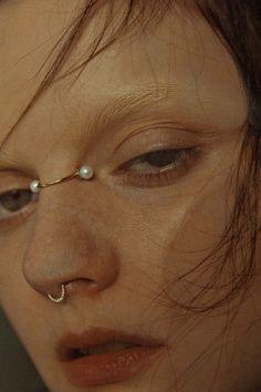 Chegou a tendência fashion joias para o nariz Face Jewellery, Body Jewelry, Jewelry Gifts, Piercings Bonitos, Royal Jewelry, Peircings, Piercing Tattoo, Body Mods, Dandy