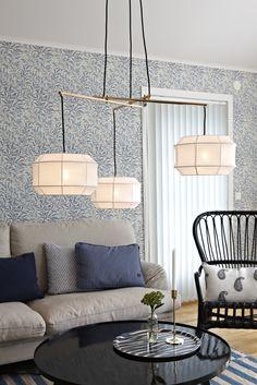 Corse taklampa från Markslöjd. Skärmar i textil. Detaljer i metall. 1,5m textilklädd sladd med krokupphäng. Stora lamphållare (E27).Max 3x60W glödlampa eller motsvarande styrka i halogen, lågenergi eller LED.Takkontakt klass 1 (Jordad) medföljer. #markslöjd #light #lampa #livingroom #ceilinglight #taklampa #design