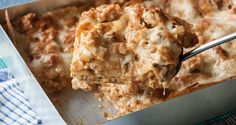 An easy and quick recipe for a tasty family dinner. You can make this with ground beef instead of chicken, and replace the heavy cream with milk. For the homemade tomato sauce, you can skip ketchup or worchestire sauce if you don't have either. Greek Recipes, Quick Recipes, Pasta Recipes, Chicken Recipes, Greek Pastitsio, Easy Lasagna Recipe, Cheese Lasagna, Homemade Tomato Sauce, Pasta Dishes