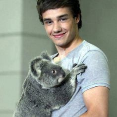 Awww.! Look at that Kolola holding Liam.! (; <3