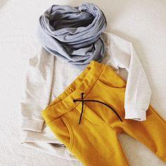 Baby shirt en broek met grijze cirkelsjaal