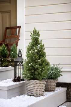 If you are wondering how to decorate your outdoors for Christmas, you are in the right place. Here are some simple ideas to get you started on your magical Christmas decorations. Christmas Feeling, Christmas Porch, Outdoor Christmas Decorations, Country Christmas, Winter Christmas, Holiday Decor, Christmas Interiors, Scandinavian Christmas, Winter Garden