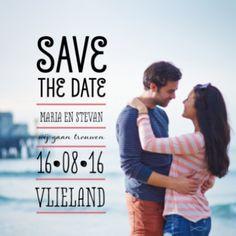 Save the date kaart met foto van jullie samen en mooie typografische tekst met SAVE THE DATE en jullie namen en trouwdatum in blokvorm.