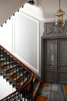 Escalier d'un immeuble de style haussmanien.