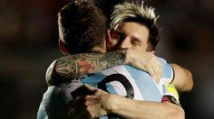 Messi se abraza con Lucas Pratto