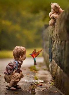 """Ebeveynler çocukları """"sıkılmasın"""" diye, onların her anlarını planlamaya, meşgul etmeye çalışırlar. Oysa ki, boş zamanlar bir çocuğun kendi mutluluğunu nasıl sağlayacağını öğreneceği zamanlardır."""