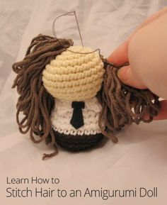 Learn how to pin and stitch hair to an amigurumi doll!  ༺✿Teresa Restegui http://www.pinterest.com/teretegui/✿༻