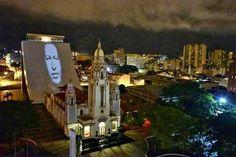 No les bastó el holograma! Proyectan a Chávez en el Panteón Nacional