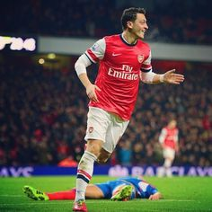 Mesut Özil (well guy in the back is dead) #footballislife