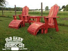 Oude schuur rustieke Co. Adirondack stoel Set met bijzettafel, Ottomanen en rustieke afwerking door OldBarnRusticCo op Etsy https://www.etsy.com/nl/listing/175784645/oude-schuur-rustieke-co-adirondack-stoel