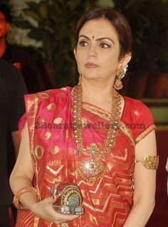 Nita Ambani in Mango Mala Arm Band Purple Wedding Jewelry, Bridal Jewelry, Gold Temple Jewellery, Gold Jewelry, India Jewelry, Antique Jewellery, Desiner Sarees, Mango Mala, Nita Ambani