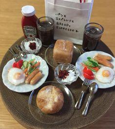 今朝の朝ごぱんをミニチュアにしてみました。ピーナッツ置くの忘れちゃった(~_~;) お皿が500円玉くらいの大きさです(*^_^*) #ミニチュアフード