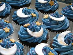 cupcakes yummy......HMMM Might have to try for my daughters birthday this year! She loves the moon!