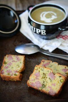 Cake au saucisson à cuire et pistaches