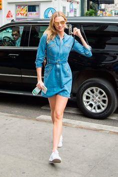 Karlie Kloss usa vestido jeans com tênis branco