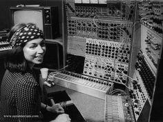 テレビ番組『Doctor Who』のテーマ曲で知られる電子音楽のパイオニア、デリア・ダービシャーと彼女愛用のシンセサイザー
