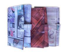 Billeteras en cuero estampado con comics y diario