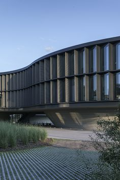 Image 21 of 30 from gallery of ESO Headquarters Extension / Auer Weber Assoziierte. Photograph by Aldo Amoretti Curve Building, Building Facade, Building Design, Hospital Architecture, Architecture Office, Architecture Details, Auer Weber, Civil Engineering Construction, Pv Panels