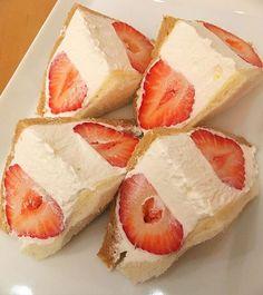 WEBSTA @ honetsukikarube - 【京橋 千疋屋】東京の「大粒苺のサンドウィッチ」(3月中旬迄)。いちごフェアのメニューで発見したフルーツサンド!大粒のあまおうを4粒使っていてクリームも美味!あまおうの糖度で目が覚めました☀#カフェ部#カフェ巡り#苺#あまおう#千疋屋#フルーツサンド#サンドウィッチ伯爵に感謝#いちごは果物