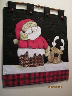 Que tal decorar a sua sala de jantar ou estar com esse papai noel gorducho e sua rena!? <br>Produto feito com tecido 100% algodão, manta acrílica. Suporte em pau de canela.
