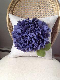Esta hermosa almohada es hecha en un lino 100% avena y mezcla de una lana fieltro flor en un precioso color púrpura de la berenjena. Maravilloso y divertido! Almohada mide aprox. 14 x 14 pulgadas y viene relleno con clúster libre Grupo de relleno.  ¿Buscando un combo de color diferente? Con nostros.