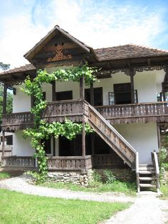 Traditional old Romanian house Village House Design, Village Houses, The Beautiful Country, Beautiful Homes, Bulgaria, Moomin House, Visit Romania, Model House Plan, Bucharest Romania