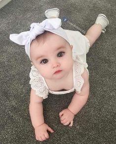 Bom dia com muito fofura Baby Girl Images, Cute Baby Girl Pictures, Beautiful Baby Pictures, Cute Little Baby, Little Babies, Baby Kids, Baby Baby, Kids Girls, Beautiful Children