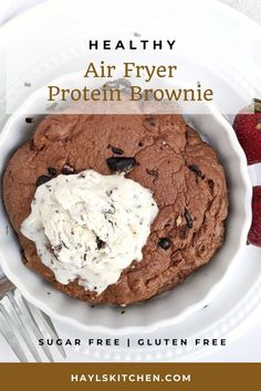 The quickest Air Fryer Protein Brownie recipe with a fudgy center in under 10 minutes! This single serve air fryer protein fudge brownie is sugar free (uses chocolate protein powder), gluten free and low calorie too - an amazing healthy dessert! Chocolate Protein Balls, Healthy Chocolate Desserts, Protein Desserts, Chocolate Muffins, Chocolate Treats, Chocolate Recipes, Protein Brownies, Fudge Brownies, Brownie Recipes