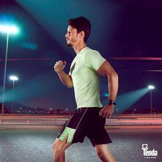 É sempre possível atrelar as tendências da moda aos looks fitness, e levar bom gosto e conforto para o ambiente esportivo. Num momento em que as cores da natureza ganham destaque, o verde vem tingir a camisa levíssima e detalhes da bermuda, quebrando a seriedade do clássico preto. Aposte no look!