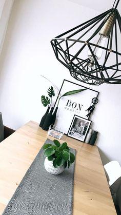 Esstisch in monochromen Farben mit grünen Akzenten! Entdecke noch mehr Wohnideen auf COUCHstyle #living #wohnen #wohnideen #einrichten #interior #COUCHstyle #skandi #pilea #black #white #inspiration
