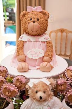 Esse grande urso que parece de pelúcia é um bolo de aniversário. Para essa festa, de uma menina de um ano, a massa do doce foi branca com recheio de chocolate. Da Piece of Cake (www.pieceofcake.com.br)