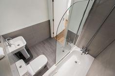 BIRDSEYE VIEW BATHROOM. #appleapartments #servicedapartments #limehouse #ldn #luxurylondon #luxlondon #bathroom #luxurybathrooms #luxbathroom #modern #neutral #shower #beautiful #interior #love