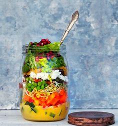 Salat i glas. Jeg er begejstret for disse salater, der kan pakkes i glas, og dermed er…