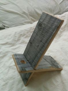 5 Diy Phone Stand You Can Make Easy By Yourself - Ipod Stand - Ideas of Ipod Stand - diy headphone stand diy cellphone stand diy smartphone stand diy phone stand binder clips diy phone stand for desk diy phone stand cardboard diy phone stand paper clip Diy Headphone Stand, Desk Phone Holder, Phone Stand For Desk, Cell Phone Stand, Iphone Holder, Ipad Stand, Tablet Stand, Woodworking Plans, Woodworking Projects