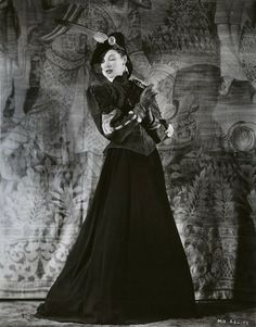 Katharine Hepburn began her movie career at RKO. She preferred working with Walter Plunkett, especially for his stylish re-creations of historic costume. Here Hepburn is shown in a Plunkett costume from Mary of Scotland, Golden Age Of Hollywood, Vintage Hollywood, Hollywood Stars, Classic Hollywood, Katharine Hepburn, Audrey Hepburn, Mary Queen Of Scots, Queen Mary, Marie Stuart