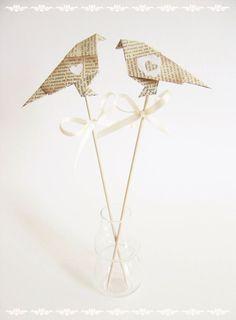 Topos de Bolo de Casamento: Origami. Olha aí os orientais outra vez!!! O nome desse passáro é tsuru, é fácil de fazer e diz a lenda que se você fizer 1.000 tsurus seus desejos se realizam. Hummm, dois bastam pro que queremos! rs