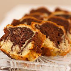 Marmorkake 200g Smør 250g Sukker 240g Hvetemel 3 Egg 2ts Vaniljesukker 2ts Bakepulver 1dl Melk Slik gjør du: *Smelt smør *Bl...