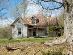 Beautiful old house. Abandoned Farm Houses, Old Abandoned Buildings, Abandoned Property, Old Farm Houses, Abandoned Mansions, Old Buildings, Abandoned Places, Haunted Houses, Old School House