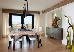 A madeira rústica tem ganhado muito espaço na decoração. E quando falamos em salas de jantar, as mesas de jantar rústicas, feitas em madeira, são peças clá
