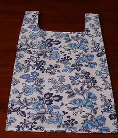 Another shopping bag tutorial Diy Sewing Projects, Sewing Hacks, Sewing Tutorials, Sewing Ideas, Diy Bags Purses, Fabric Bags, Quilted Bag, Sewing For Beginners, Sewing Patterns Free