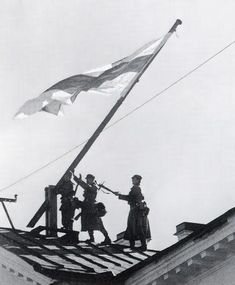 Finnish soldiers raise flag in Petrozavodsk, 1941 Finnish Civil War, Komi Republic, Meanwhile In Finland, History Of Finland, Finland Flag, Germany Vs, Night Shadow, Saunas, Red Army