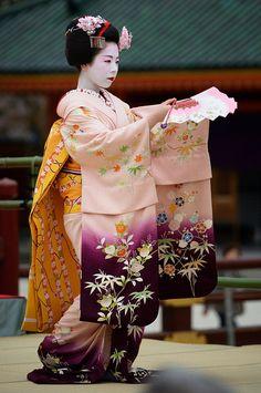 Geisha ~ Maiko Ryouka by Masa Photos Geisha Japan, Geisha Art, Kimono Japan, Japanese Kimono, Yukata, Japanese Beauty, Asian Beauty, Kyoto, Memoirs Of A Geisha