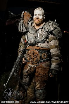 Love the belt! and the armor Post Apocalyptic Clothing, Post Apocalyptic Costume, Post Apocalyptic Art, Post Apocalyptic Fashion, Apocalypse Costume, Zombie Apocalypse, Mad Max, Fallout Raider, Larp