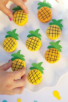 Cute and easy DIY pineapple macaroons! Flamingo Party, Dessert Original, Macaron Cookies, Macaroon Cake, French Macaroons, Macaroon Recipes, Cute Desserts, Party Desserts, Summer Treats