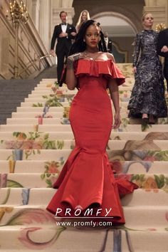 Rihanna celebrity inspired scarlet off-the-shoulder ruffled neckline trumpet evening dress in Movie Ocean's Scarlet red satin off shoulder trumpet long formal gown. Rihanna Outfits, Rihanna Red Dress, Sexy Outfits, Style Rihanna, Rihanna Mode, Rihanna Riri, Rihanna Fashion, 50s Outfits, Long Formal Gowns