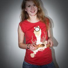 Munter am lächeln, unser Hobby-Model Magdalena - es geht jedoch um die bekannte ernste Thematik des Hungers in Afrika; hier auf einem Sleeveless Shirt in der Farbe off red.