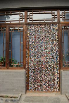 Upcycled magazines, cut into strips and rolled around paper clips and then linked together.DIY::BEADED CURTAIN:: Upcycled Paper Beads Hanging Bead Curtains for Diy Paper, Paper Art, Paper Crafts, Paper Clip, Beaded Door Curtains, Boho Curtains, Hanging Beads, Ideias Diy, Old Magazines