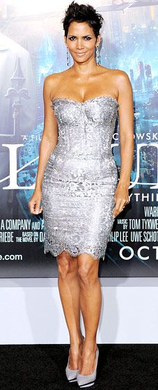 Halle Berry: Cloud Atlas Premiere    The leading lady paired a Dolce & Gabbana dress with Versace pumps in L.A. Oct. 24.    Read more: http://www.usmagazine.com/red-carpet/halle-berry-cloud-atlas-premiere-20122510#ixzz2CBliYog3