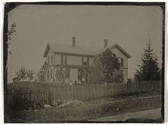Anonymous | Gezicht op een houten huis met de bewoners ervoor, Anonymous, c. 1860 - c. 1900 |