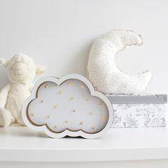 Su luz tenue hará que te sientas en las nubes.  Pieza única de decoración hecha a mano una por una cuidando al máximo cada detalle.  Lámpara en forma de nube, sin cables y diseñada 100% de cartón reciclado y recicable, perfecta para crear espacios únicos y mágicos